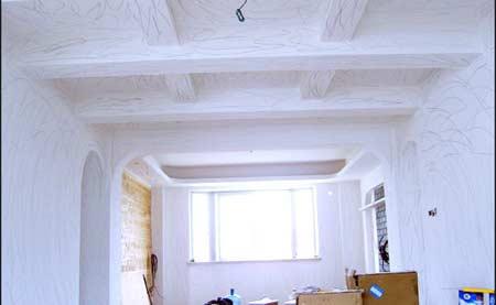 1)餐厅吊顶   原本的设计是杉木板做甲板造型,但因考虑到两条大梁