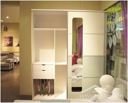 如果你家的卧室衣柜带穿衣镜,忌将其对着卧室窗户、卧室门,否则